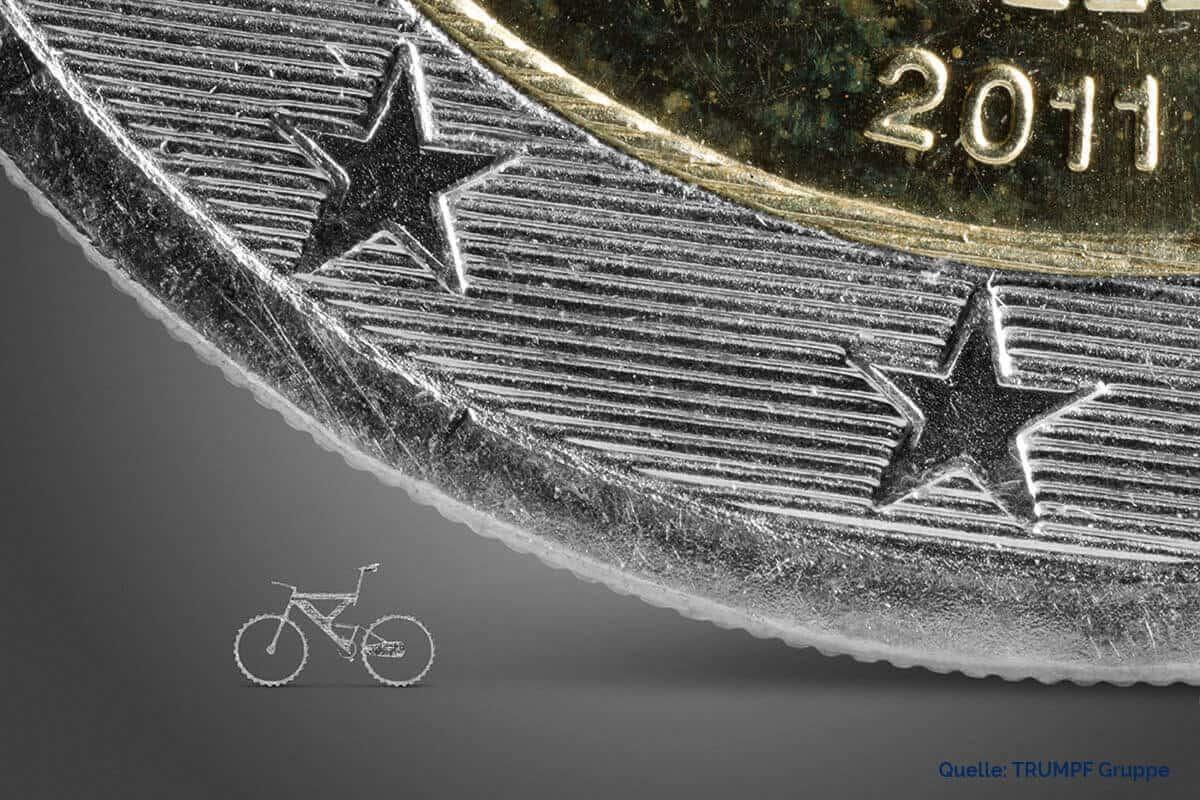 Mikrogeschnittenes Mountainbike neben Euromünze